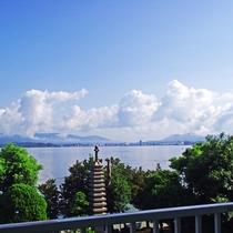 客室から見える宍道湖と裏庭