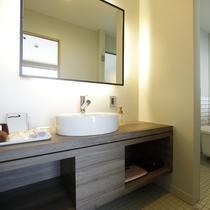 洋室の洗面所とお風呂です