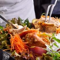 ■極楽温鶏/温泉の蒸気で蒸し上げた名物料理「極楽温鶏(おんけい)」をお楽しみください♪