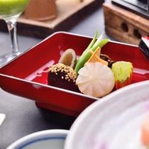 四季の新鮮な旬の素材を用いた和風料理で、地元の山菜や郷土料理を。