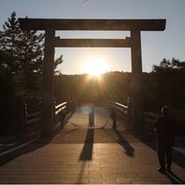伊勢神宮(内宮)宇治橋鳥居の間から昇る朝日