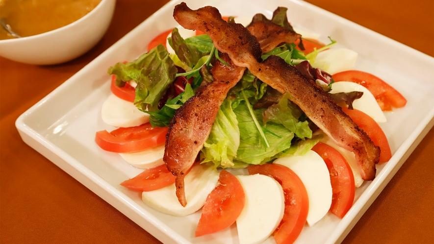 ●【追加料理】フレッシュトマトとモッツアレラチーズのサラダ(1200円税込)