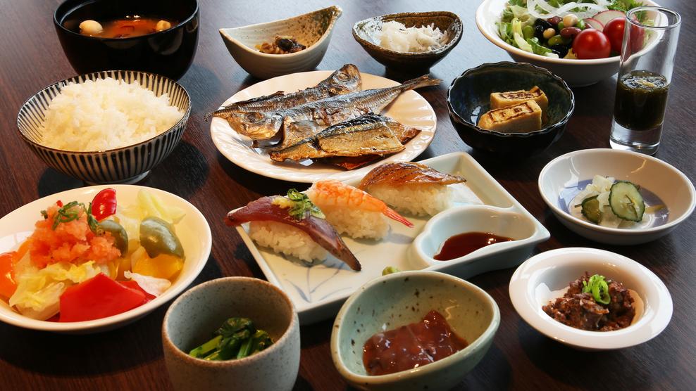 新しい生活様式に対応した和洋朝食ブッフェ、和食の一例