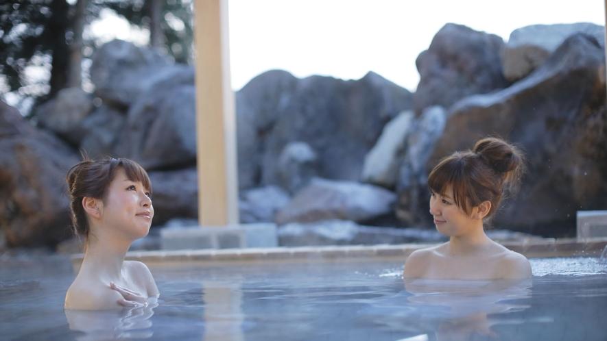 <こまくさの湯・露天風呂>小川と深い森に囲まれ、開放的な露天風呂や寝湯がお楽しみいただけます