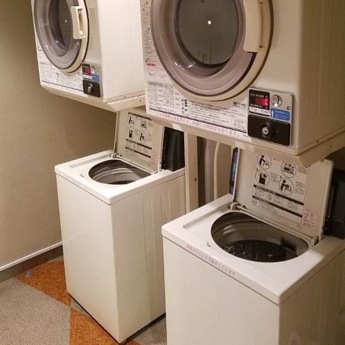 コインランドリーコーナーには洗濯機、乾燥機が2台づつ、洗濯1回300円、乾燥15分200円です。