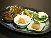 地元でとれた山菜の小鉢(※写真はイメージです。)