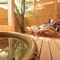 ■【露天風呂付客室】客室専用露天と広々したウッドデッキ