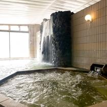 ■【大浴場(男性側)】勢いよく流れ出るお湯は打たせ湯にも