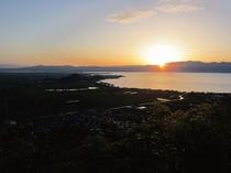 八幡山からみた夕暮れのびわ湖
