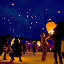 花巻の夜空へ願いごととともに舞い上がるスカイランタン