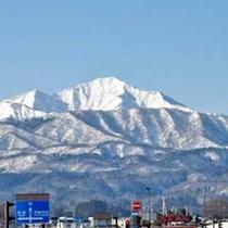 白雪をまとった米山