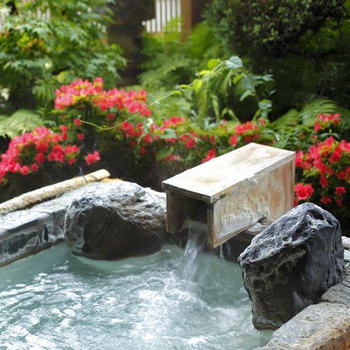 【足湯】足湯に注ぐ温泉ももちろん自家源泉。とろりとした湯触りが特徴的な「美人の湯」をご満喫ください。