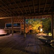 【露天風呂付特別室・三間続き・和室ツイン】広々とした開放的な露天風呂で、心ゆくまで温泉を堪能。