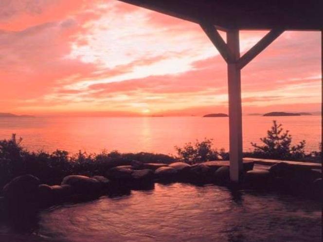 【大浴場展望露天風呂】絶景とうたわれる夕日を露天風呂から堪能頂けます。