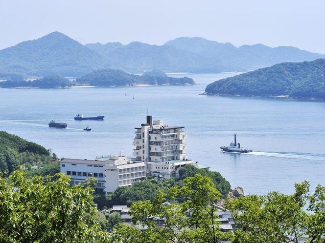 施設外観 瀬戸内海の岬に建ち、夕日の美しい場所にございます。