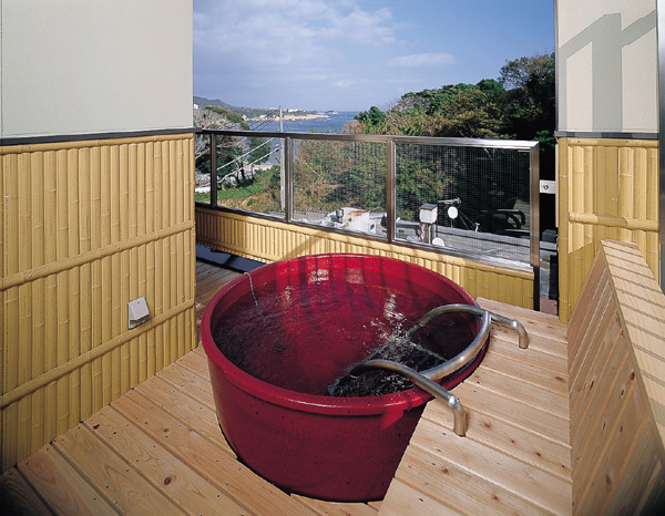 【露天付和洋特別室】トイレ、露天風呂共に車椅子のスペース、手摺りを設けております。
