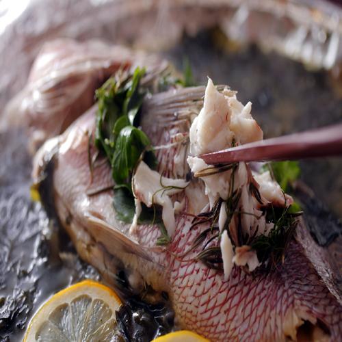 【豊浜の人気】当館自慢の「鯛 香草蒸し」。新鮮な鯛と香りのよさをお楽しみ下さい