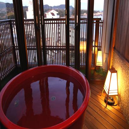 【ファミリー露天風呂付客室】12畳の和室に広縁、広めの露天風呂がついたお部屋です。