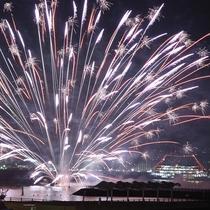 夜空に打ち上げられる水中花火50発は大迫力!
