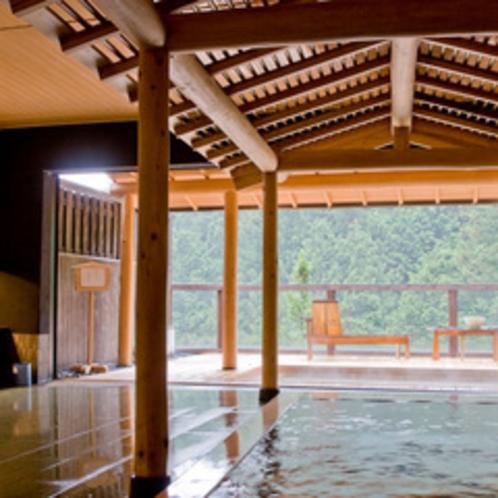 飛騨の山々を望む女子浴場