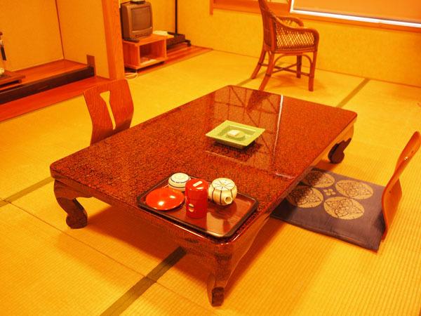 ◆和室(山側):畳の香りがほのかに薫るお部屋で、ゆっくりとした時間をお過ごしください。