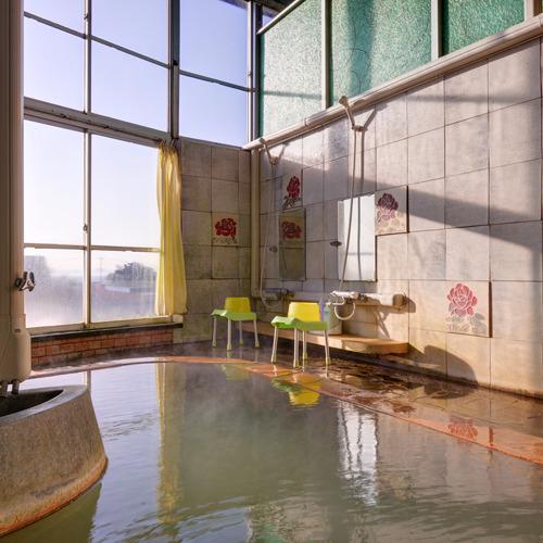 風呂/肌を優しく包む炭酸水素塩泉。自然のぬくもりに心癒されるひと時を。