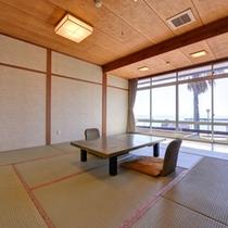 *和室(海側)/足を伸ばして寛げる和室のお部屋。潮騒と海の風を感じる癒しの休日をお過ごし下さい。
