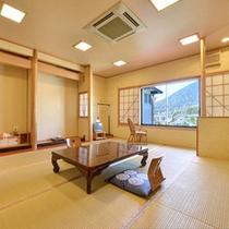 *和室(山側)/お部屋からは、桜と紅葉の景観が美しい眉山(まゆやま)の景色を一望。
