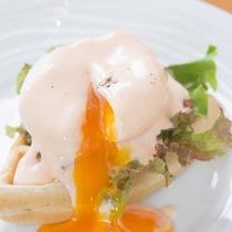 九州パンケーキでつくる「エッグベネディクト」お好みの具材を好きなだけトッピングしてお楽しみください。
