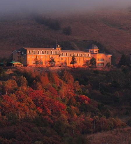 夕日に映える八子ヶ峰ホテル