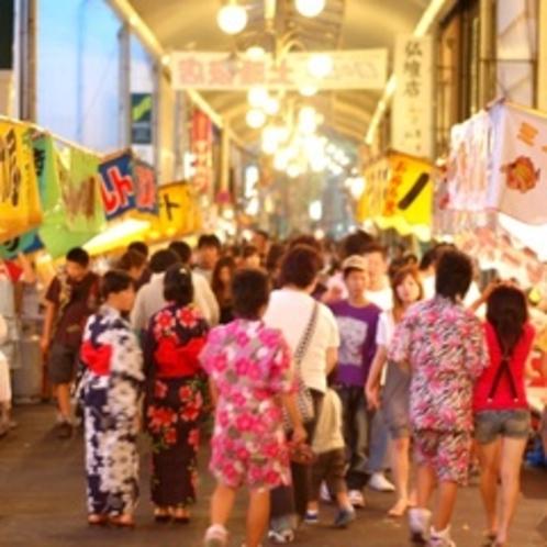 【土曜夜店】6月〜7月の土曜日の夜、商店街にたくさんの夜店が立ち並びます。