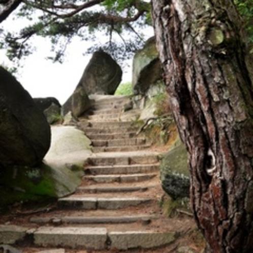【文学のこみち】「文学のこみち」は尾道に縁のある文豪たちの詩を石に刻んだ道。