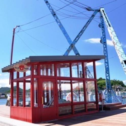 【クレーンのある公衆電話】住吉浜で活躍していたクレーンが公衆電話に姿を変えたものです。
