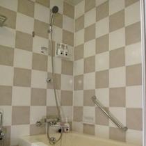 シンプルで機能的なバスルーム。