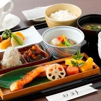 伝統的な和朝食をお楽しみください。品数豊富な和定食。日本料理「旬彩」。