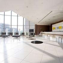 渋谷マークシティ5階にあるホテルフロント・ロビー。窓の外にはすぐ渋谷駅があります。