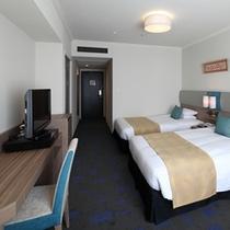 ビューツイン。広さ30平米のお部屋に幅120cmのベッドを2台ご用意しています。