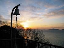 朝日が輝く丘
