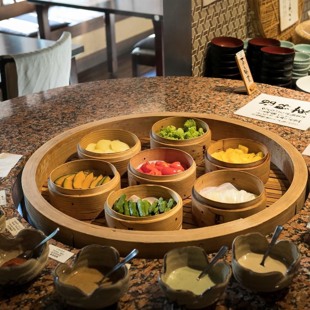 【朝食】蒸し野菜はお好みのディップソースでお召し上がりください。