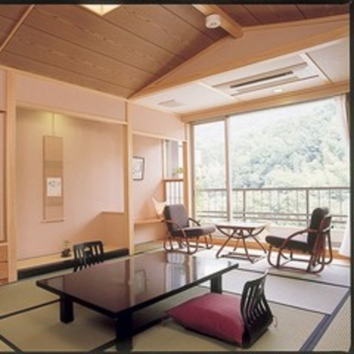 【リニューアル和室】当館のスタンダードなタイプのお部屋です。平成17年・18年に全面改装しています。