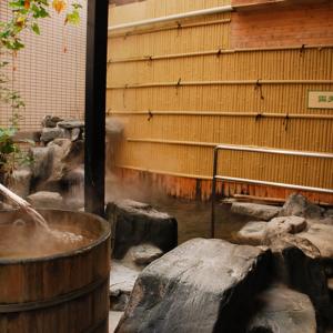 【露天風呂】雨でも雪でも入れる屋根付の露天風呂です。