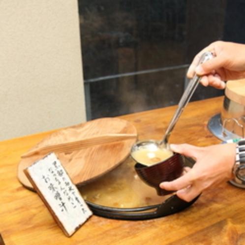 【朝食バイキング】黒部峡谷の美味しい水で育った「なっちゃんなめこ」が美味しい味噌汁です。