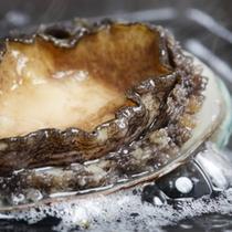【富山の幸】そのまま生でも食べられる新鮮なアワビを宇奈月温泉の源泉で蒸した料理です。