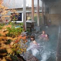 【露天風呂付大浴場】木々の間を抜けてくる涼風が火照った体にとても気持ちよく感じられます