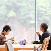 ≪朝食バイキング会場≫つい景色に見入ってしまします。