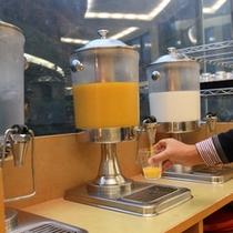 【朝食バイキング】フレッシュジュースや牛乳、地元の名水「絹清水(きぬしょうず)」を取り揃えています。