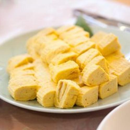 【朝食バイキング】料理長自慢の手作り厚焼き玉子。地元の「さくら玉子」を使用しています。
