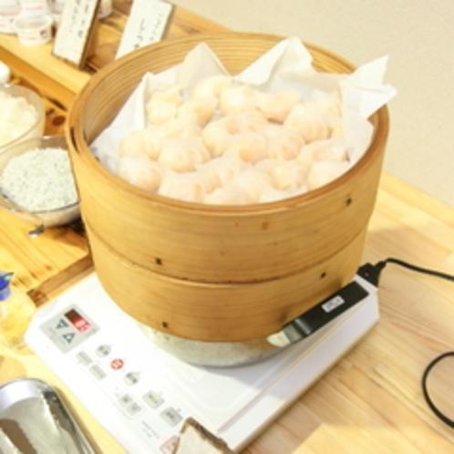 【朝食バイキング】モチモチの皮に包まれた海老餃子。蒸し立てを(火傷にお気をつけて)召し上がれ。