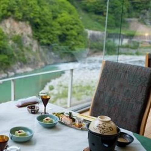 【レストラン マロニエ】黒部川を見下ろすお食事会場です。川のせせらぎのそばでの食事はまた格別です。