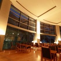 ≪夜のレストラン≫ライトアップ黒部峡谷をお楽しみください。